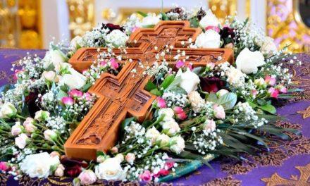 Почему на третье воскресенье Великого поста выносится на середину храма Крест Господень?
