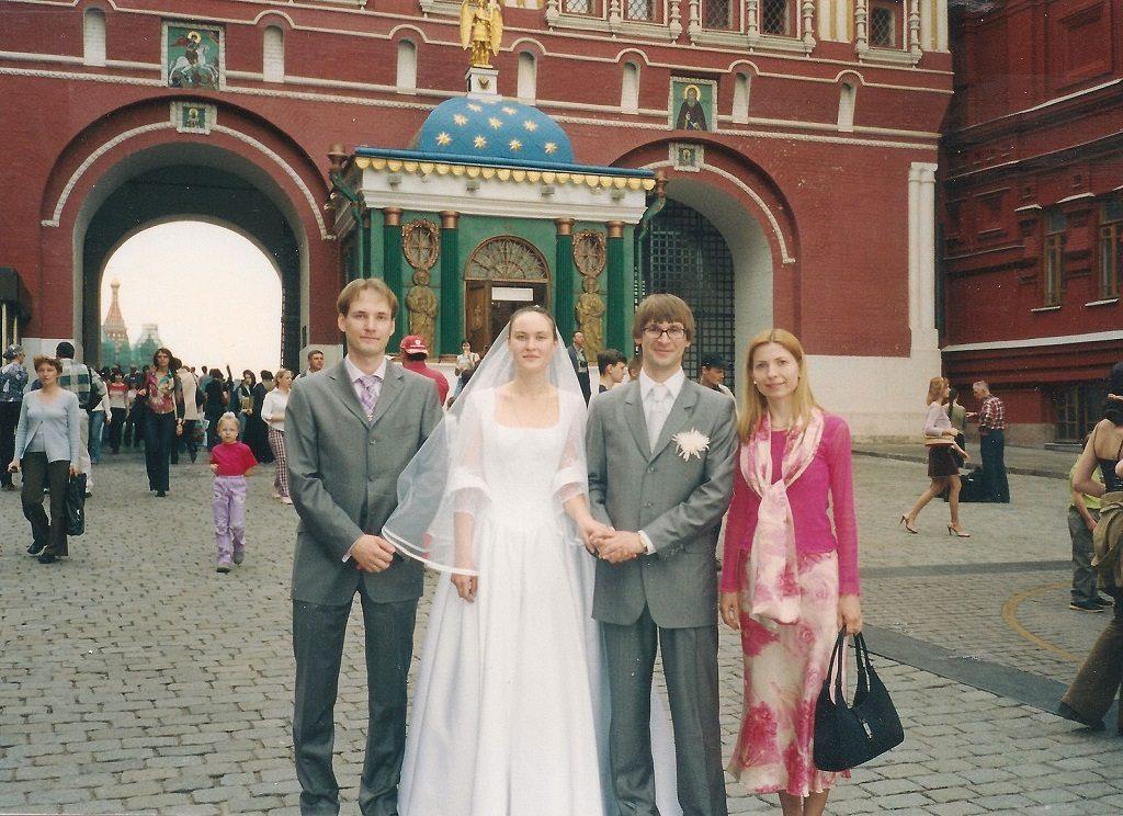 Александр и Елена Нечаева в день свадьбы, рядом – родители крестницы Теодоры