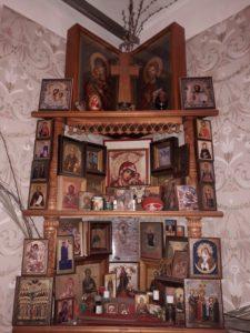 Наверху, по краям, ‒ иконочки Господа и Божией Матери, подаренные отцом Иоанном