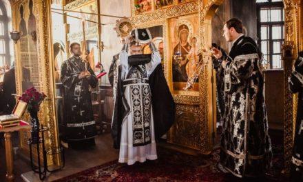 Почему на Литургии Преждеосвященных Даров завеса Царских врат закрывается наполовину?