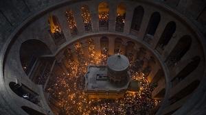 фрагмент фото Схождение Благодатного огня в храме Гроба Господня в Иерусалиме, автор – Tsafrir Abayov