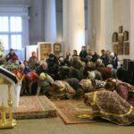 Когда во время богослужения делаются земные поклоны в храме?
