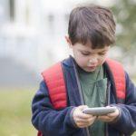Отбирать ли у ребёнка смартфон?