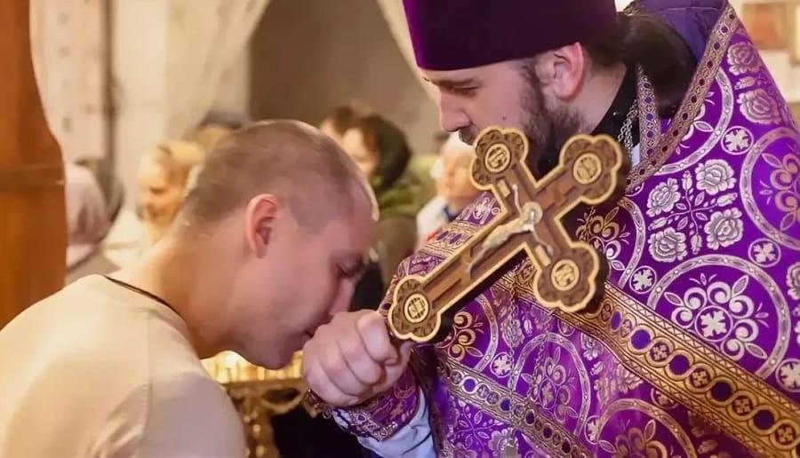 Можно ли целовать руку священника после причастия?